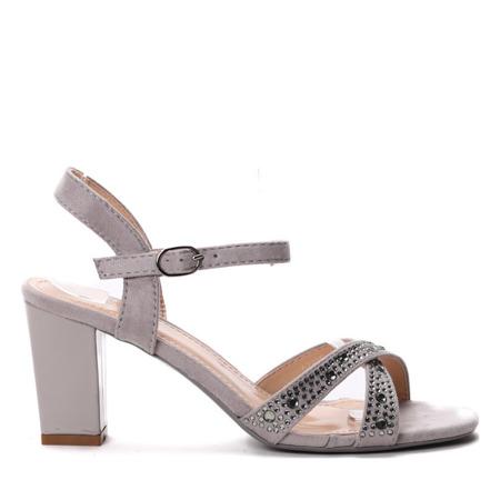 Szare sandały na słupku- Obuwie