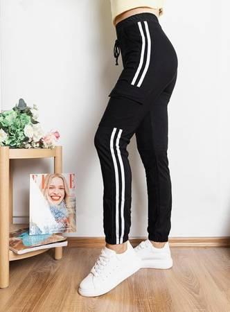 Чорні жіночі спортивні штани з лампасами