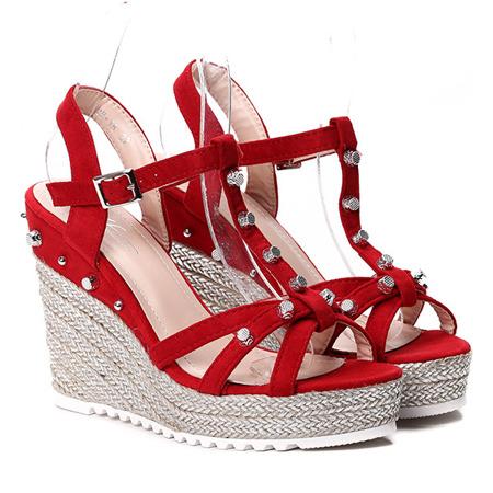 Czerwone sandałki na koturnie - Obuwie